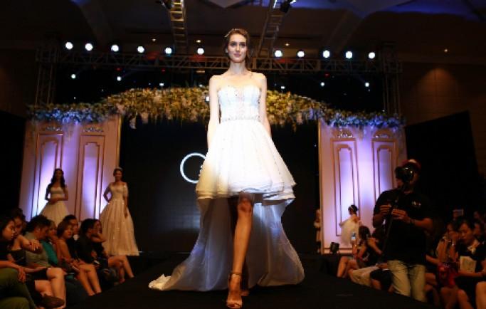 Tỏa sáng vẻ đẹp tự nhiên với váy cưới Lines Light