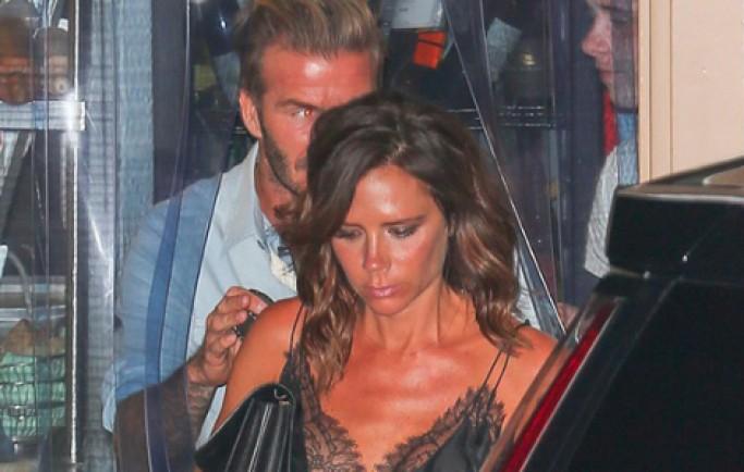 Victoria Beckham diện mốt khoe nội y khi đi ăn tối cùng chồng