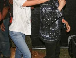 Cận cảnh đôi sneaker trắng yêu thích của Selena Gomez