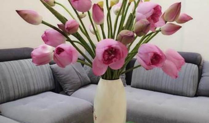 Hoa giả đặt bàn phòng khách gây vẻ đẹp vượt trội hơn cả