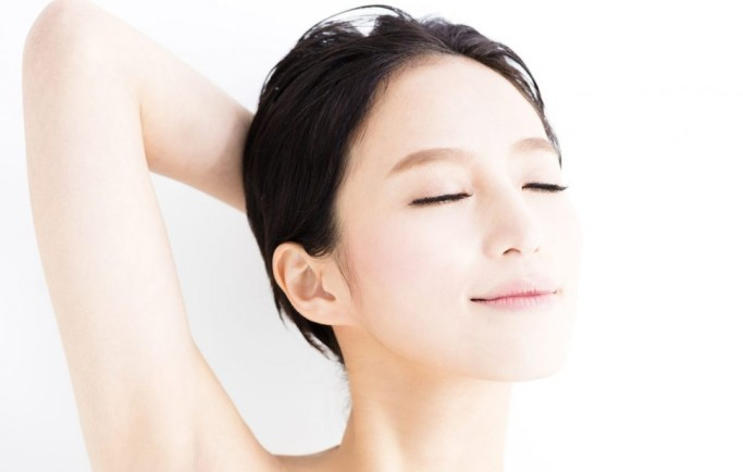 Rửa mặt bằng nước muối giúp làn da sạch và không bị mụn